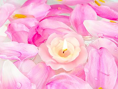 svecha-lepestki-rozovye-cvety
